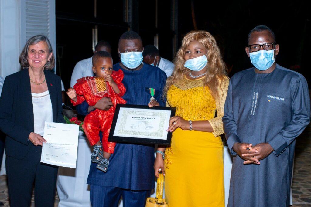 M. Bakoundah, son épouse et son fils, encadrés par l'Ambassadrice et le Ministre G. Bawara